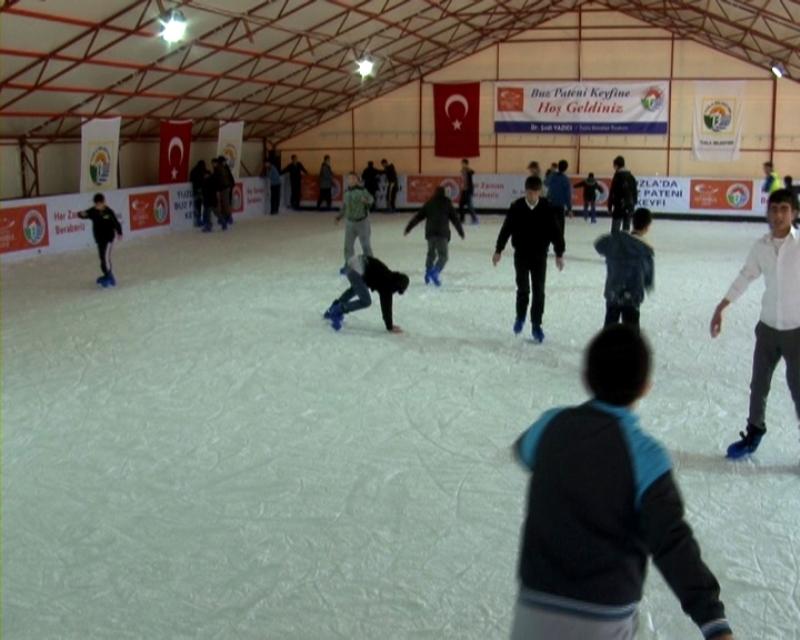 Tuzla'da çocukların buz pateni keyfi