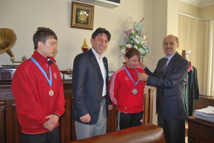 Av. Topkaya'dan Şampiyonlara Ödül