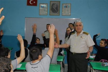 Özel Riyad'da Türk okulunu ziyaret etti