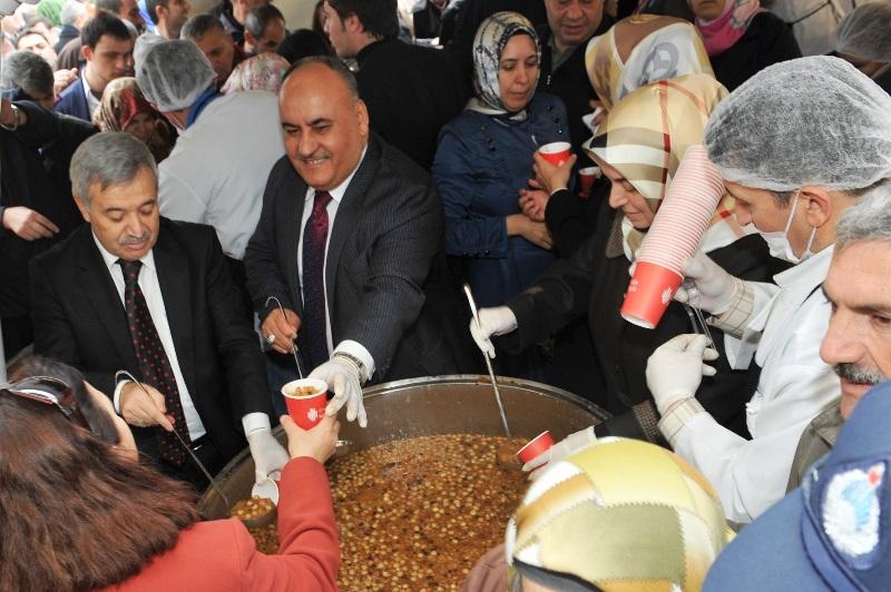 Ümraniye Belediyesi 40 Ayrı Noktada 40 Bin Aşure Dağıttı