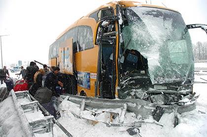 Karda kayan otobüs bariyerlere çarptı