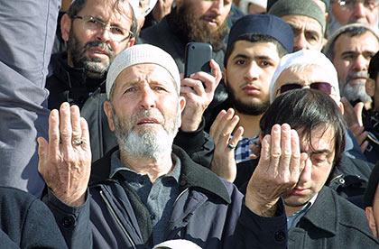 Fatih Camii'nde eller Suriye için açıldı