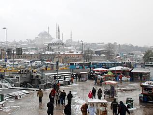 Istanbul'da yoğun kar yağışına rağmen hayat devam ediyor