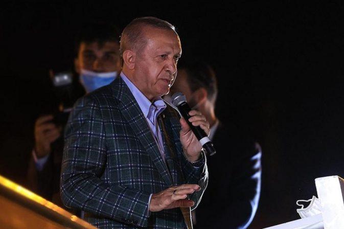 CUMHURBAŞKANI, MARMARİS'TE VATANDAŞA ÇAY DAĞITTI